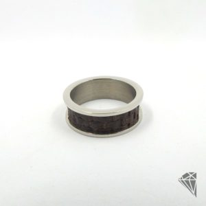 anillo-acero-hombre-piel-marron